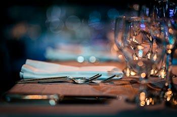 Table dressée joliment avec des ustensiles et des verres.